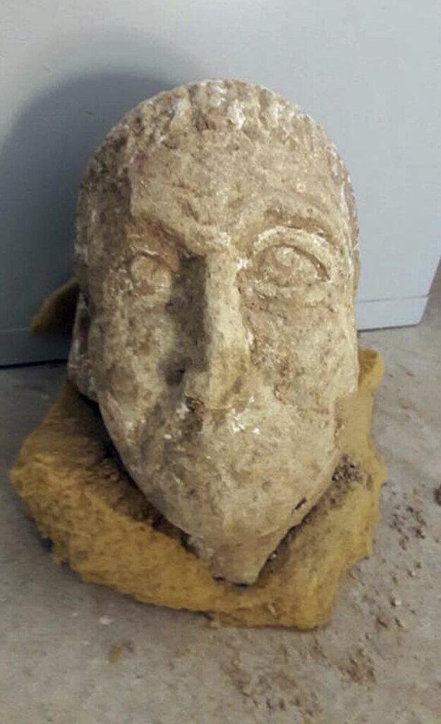 Staroveká socha znázorňujúca muža, ktorú objavili v ruinách chrámu.
