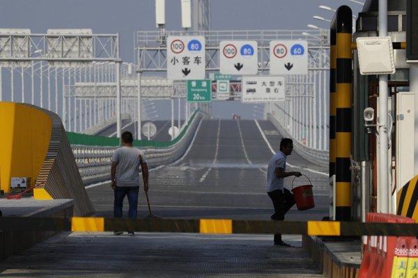 V Číne dokončujú najväčší mostný projekt na svete.