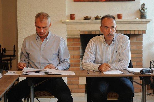 Prezident Slovenského zväzu ľadového hokeja (SZĽH) Igor Nemeček (vpravo) a generálny sekretár SZĽH Róbert Pukalovič (vľavo).