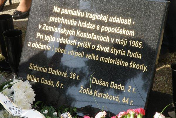 Pamätná tabuľa pripomína obete tragédie z roku 1965.