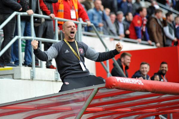 Tréner FC Spartak Trnava Nestor El Maestro oslavuje triumf nad Slovanom Bratislava.