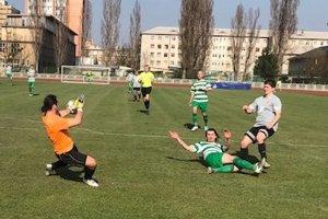 Papcún strieľa úvodný gól TU Košice v šlágri V. ligy košicko-gemerskej.