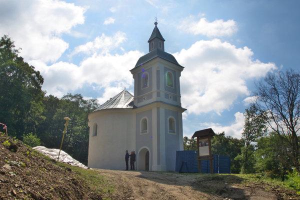 Na rotunde plánuje obec tento rok opraviť zvody anové ríny kvôli zatejakúcej vode. Spevniť by sa mala aj plocha okolo kostola.