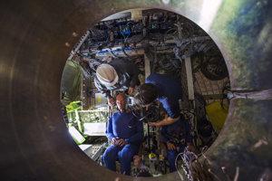 Inžinieri z NASA montujú do testovacej jednotky Orion mužskú a ženskú testovaciu figurínu.