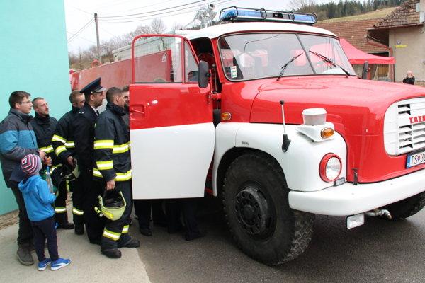 Z vynoveného vozidla sa tešia nielen súčasní, ale aj budúci obecní hasiči.