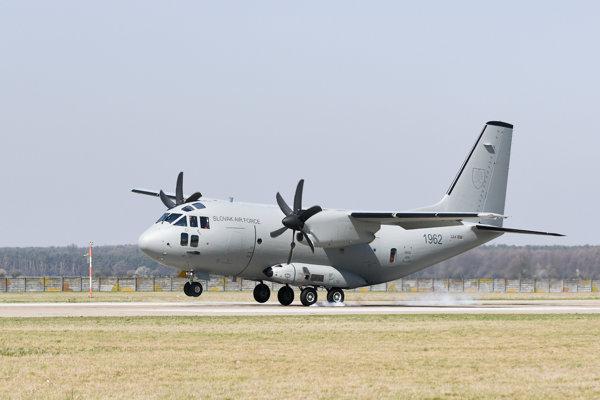 Na fotografii druhé dopravné lietadlo C - 27J Spartan pre Ozbrojené sily SR na leteckej základni Kuchyňa. Nový Spartan C-27J prepraví okrem 3-člennej posádky 46 profesionálnych vojakov.