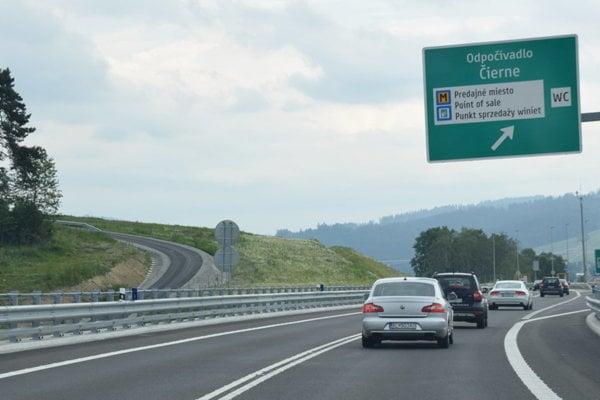 Pätnásťkilometrový úsek D3 Skalité - Svrčinovec je od 1. apríla spoplatnený diaľničnou známkou.