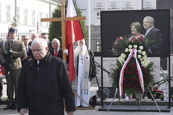 Líder opozičnej strany Právo a spravodlivosť (PiS) Jaroslaw Kaczyňski položil veniec počas ôsmeho výročia leteckej tragédie pri Smolensku