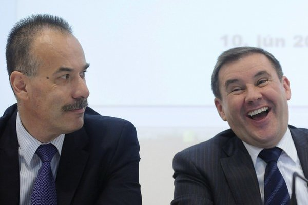 Čo keby sme zreštrukturalizovali aj slovenský hokej? Na snímke jediný kandidát na post prezidenta Slovenského zväzu ľadového hokeja v roku 2011 Igor Nemeček (vľavo) a odstupujúci prezident Juraj Široký.