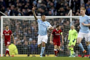 Gabriel Jesus (uprostred) sa teší z gólu do siete Liverpoolu.