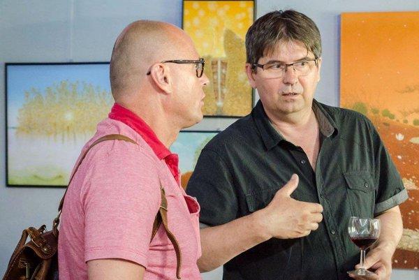 Peter Šoltó (vpravo) počas otvorenia výstavy jeho obrazov v Art point centre.