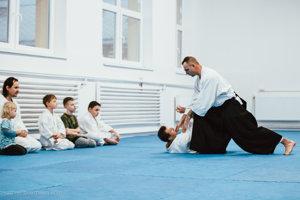 Deti vďaka bojovému umeniu aikido lepšie spoznajú svoje telo.