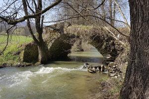 Historický kamenný jednoklenbový most v Hnúšti-Maši.