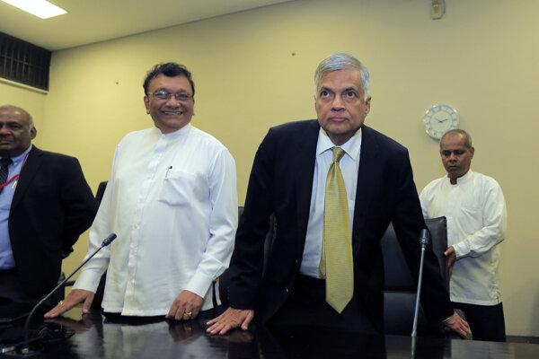 Premiér Srí Lanky Ranil Vikramasinghe (druhý sprava)