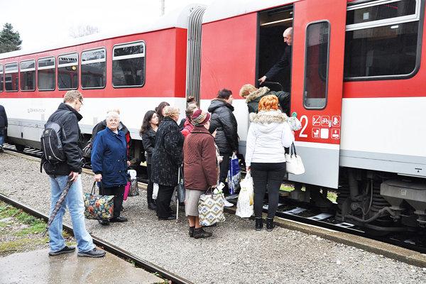 Cestujúci vlakom by mali sledovať obmedzenia v doprave.