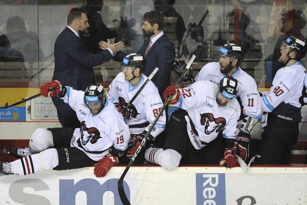 Hokejisti Banskej Bystrice skáču na ľad po ďalšom víťazstve na ľade Trenčína.