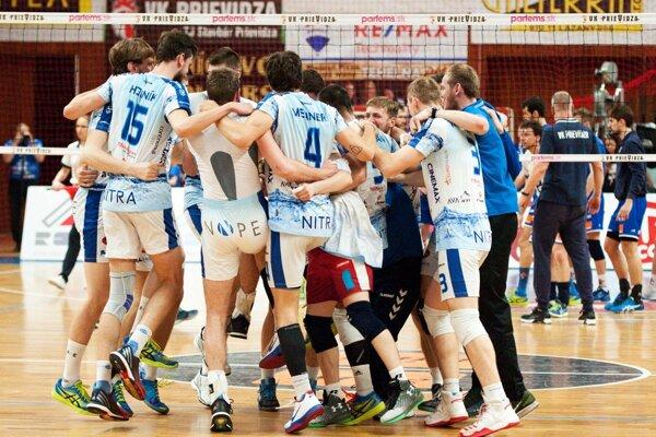Volejbalisti Nitry uspeli v piatok v Prievidzi s nožom na krku a znížili stav finálovej série na 2:3.