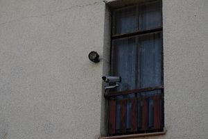 Okrem reproduktorov nechýbajú ani reflektory a kamery, údajne aj na nočné videnie.