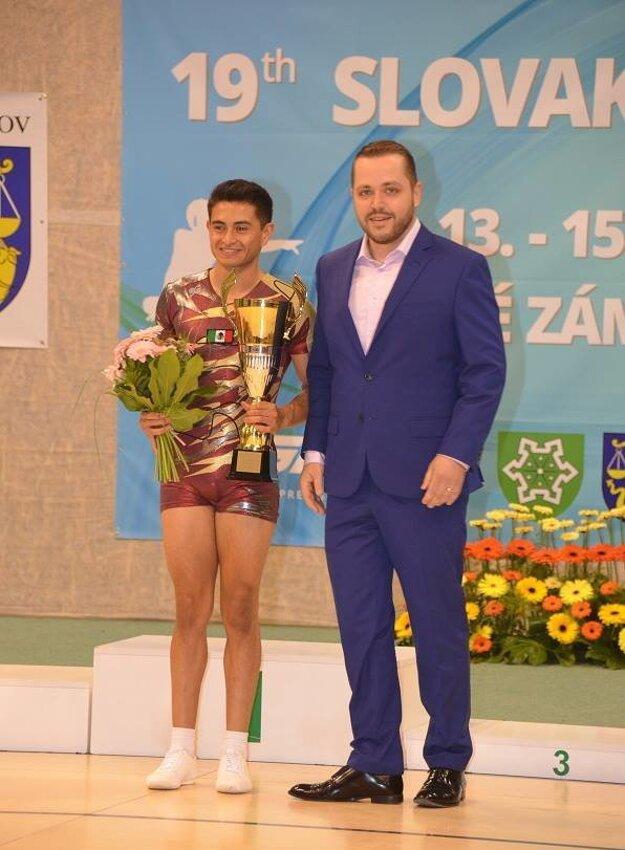 Po pravici viceprimátora mesta Lukáša Štefánika víťaz absolútnej súťaže mužov, majster sveta z Mexika Ivan Velez