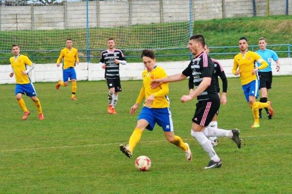 Futbalisti ViOn B Vráble (na snímke v žltom zo zápasu s Nemšovou) strelili konečne prvý jarný gól, ktorý znamenal tri body.