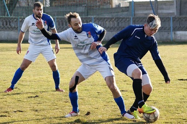 Futbalisti Kalnej n/Hr. (v bielom) vedú ligu už s 12-bodovým náskokom. Snímka je zo zápasu v Tovarníkoch.