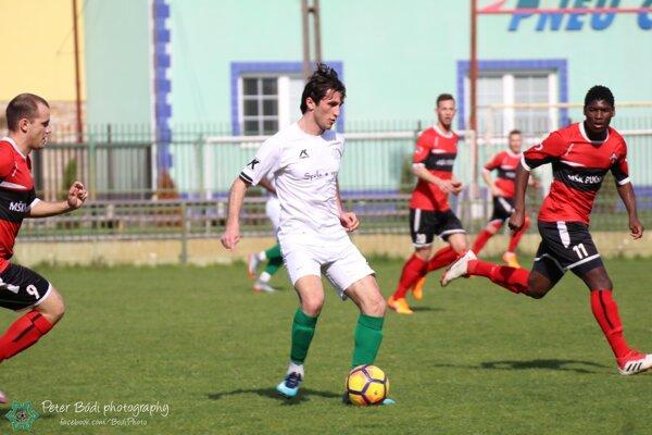 Pri lopte autor druhého gólu FKM vzápase proti Púchovu Valeri Kuridze.
