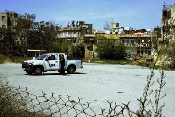 Policajt vojenských síl OSN stojí pri vozidle OSN v demilitarizovanej zóne OSN, ktorá rozdeľuje južný a severný Cyprus v rozdelenej metropole Nikóza.