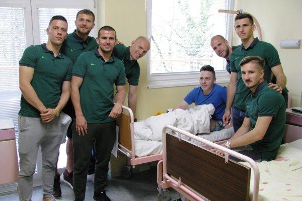 Návšteva futbalistov pacientov potešila a priviedla na iné myšlienky.
