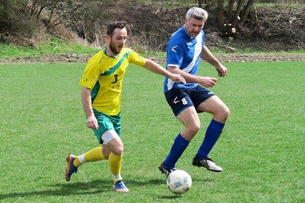 Oravský Podzámok (v modrých dresoch) porazil doma Liesek 2:0.