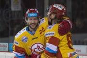 Na snímke zľava Boris Sádecký a Marcel Hossa (obaja Trenčín) sa radujú z gólu.