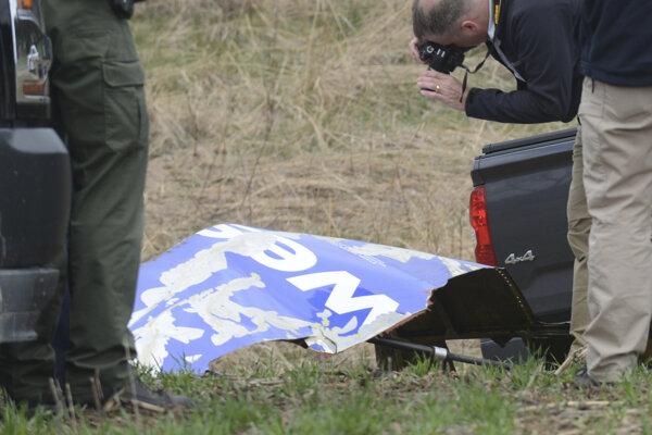 Úlomky z motora zasiahli trup lietadla, pričom došlo k rozbitiu jedného z jeho okien.