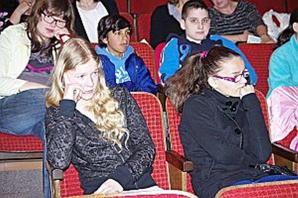 Alexandra Fričová (vľavo) sleduje výkony svojich kamarátov.