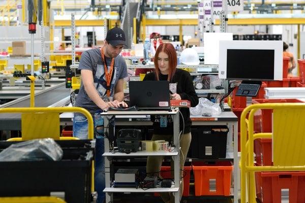Priestory nového logistického centra spoločnosti Amazon na vybavovanie nedoručených a vrátených zásielok v Seredi.