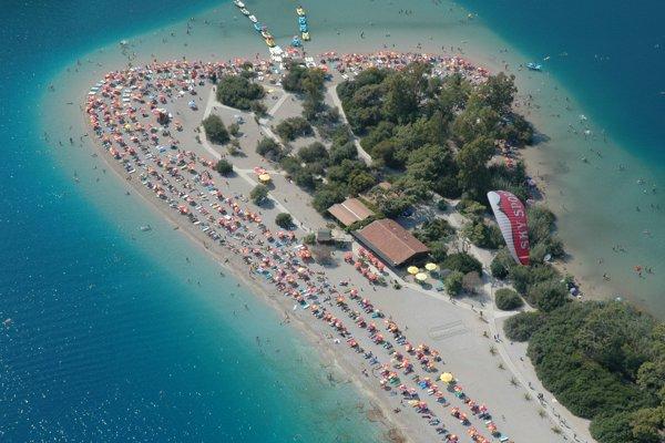 Modrá lagúna v oblasti Ölüdeniz s krásnou piesočnatou plážou