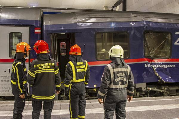 Poľkodená vlaková súprava po nehode v rakúsom Salzburgu.