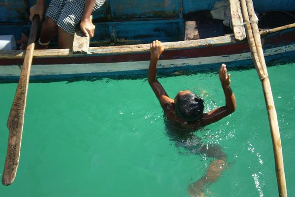 Bajauský chlapec pri potápaní.