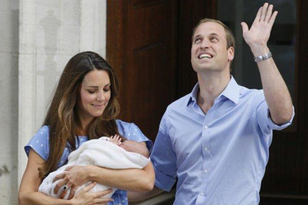 Kate a William ukázali princa verejnosti v utorok večer.