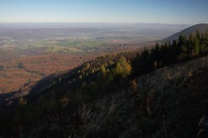 Vyhliadka na Troch chotároch - Oblík vpravo a na horizonte Vihorlat a ukrajinské a poľské Karpaty.