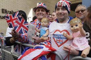 Fanúšikovia kráľovskej rodiny John Loughrey (vpravo) a Terry Hutt pózujú pred Nemocnicou Svätej Márie.