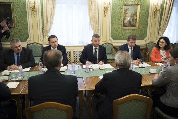 Premiér Peter Pellegini na rokovaní s Konfederáciou odborových zväzov.