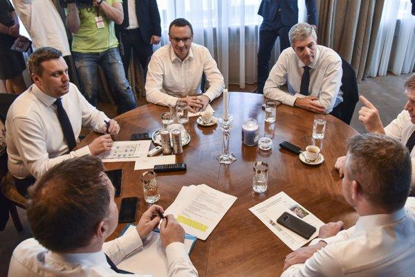 Na snímke zľava predseda SNS Andrej Danko, predseda poslaneckého klubu SNS Tibor Bernaťák, predseda Most-Híd Béla Bugár, predseda strany SMER-SD Robert Fico, predseda vlády SR Peter Pellegrini, minister financií SR Peter Kažimír.