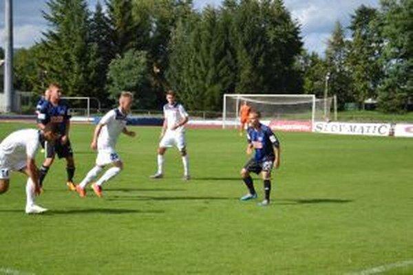 Oproti jesennému zápasu v Dubnici nastúpili hráči Slovana B (v tmavom( a Dubnice s veľkými zmenami v zostavách.