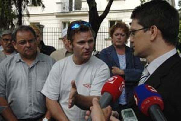 Minister kultúry Maďarič počas rozhovoru s nespokojnými koncesionármi.