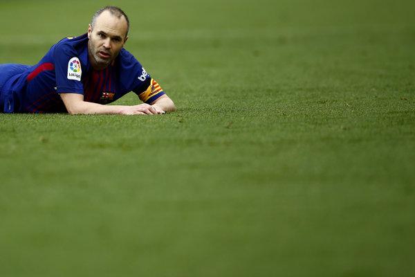 Andres Iniesta by mal posezóne opustiť Barcelonu.
