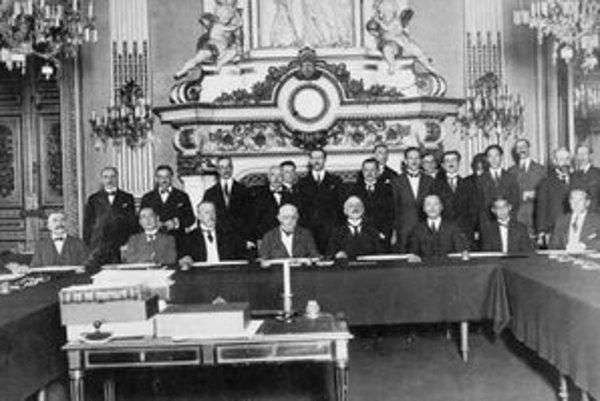 Účastníci mierovej konferencie na zámku Trianon.
