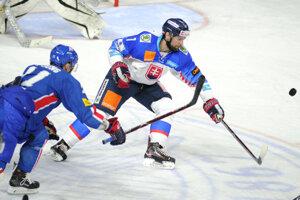 Mário Grman zo Slovenska (vpravo) počas medzištátneho prípravného zápasu medzi Slovensko - Kórejská republika.