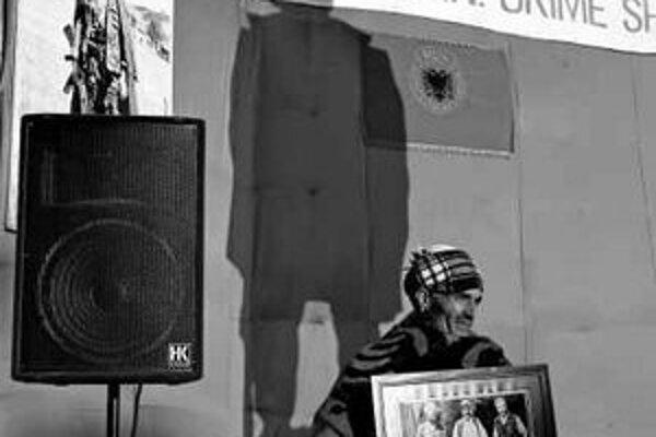 Pri soche Adema Jashariho, jedného z veliteľov UCK. Pre Albáncov hrdina, pre Srbov terorista.