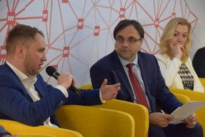 Diskutuje Martin Kapitulík – poslanec zastupiteľstva ŽSK a mesta Žilina. V strede moderátor Branislav Koscelník.