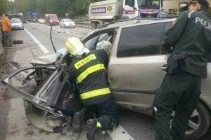 Pri nehode sa jedna osoba zakliesnila v osobnom vozidle.
