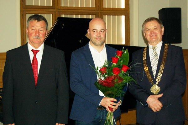 Zľava Vladimír Gubiš (vedúci odboru vzdelávania a kultúry Úradu NSK), Stanislav Petrík (najúspešnejší športovec Nitrianskeho kraja za rok 2017) a Milan Belica (predseda NSK).